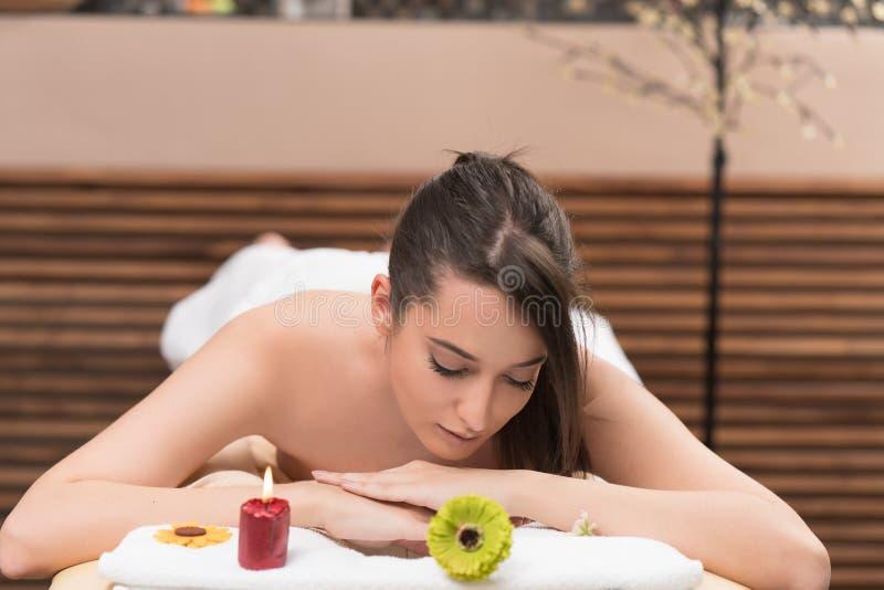 Massagem de relaxamento da jovem mulher bonita em termas da beleza fotos de stock