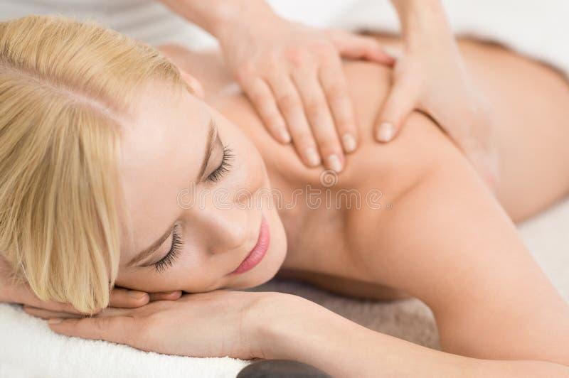 Massagem de relaxamento em termas fotos de stock royalty free