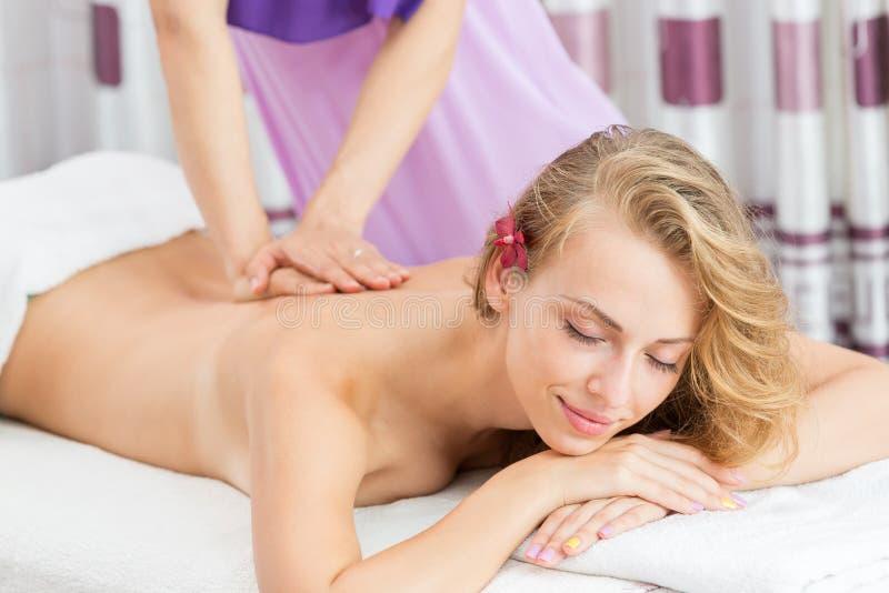 Massagem de relaxamento para a mulher no salão de beleza dos termas fotos de stock