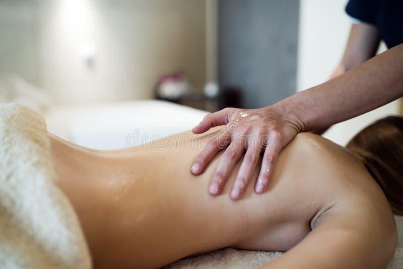 Massagem do alívio de esforço pelo terapeuta fotografia de stock