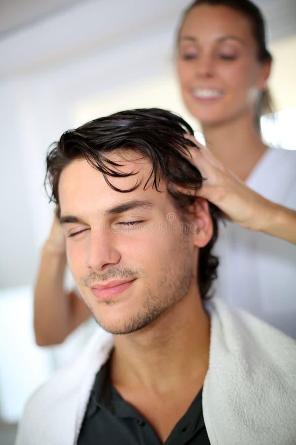 Massagem do cabelo foto de stock