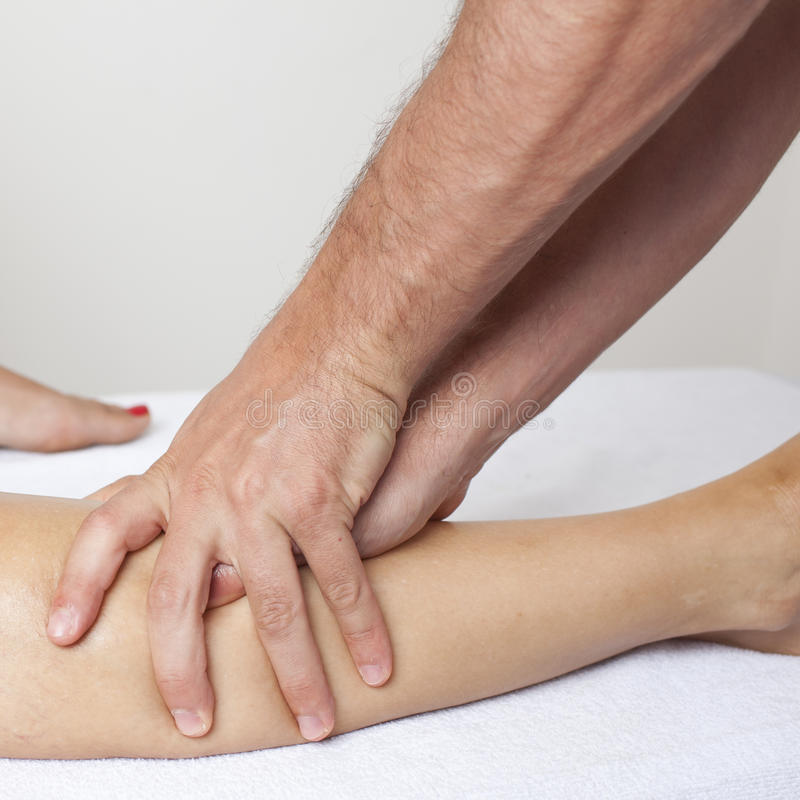 Massagem do joelho imagens de stock royalty free