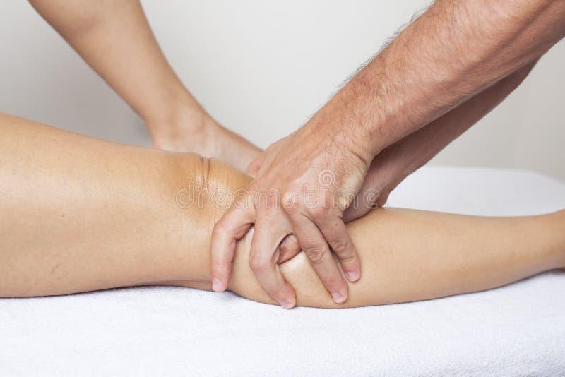 Massagem do joelho fotografia de stock