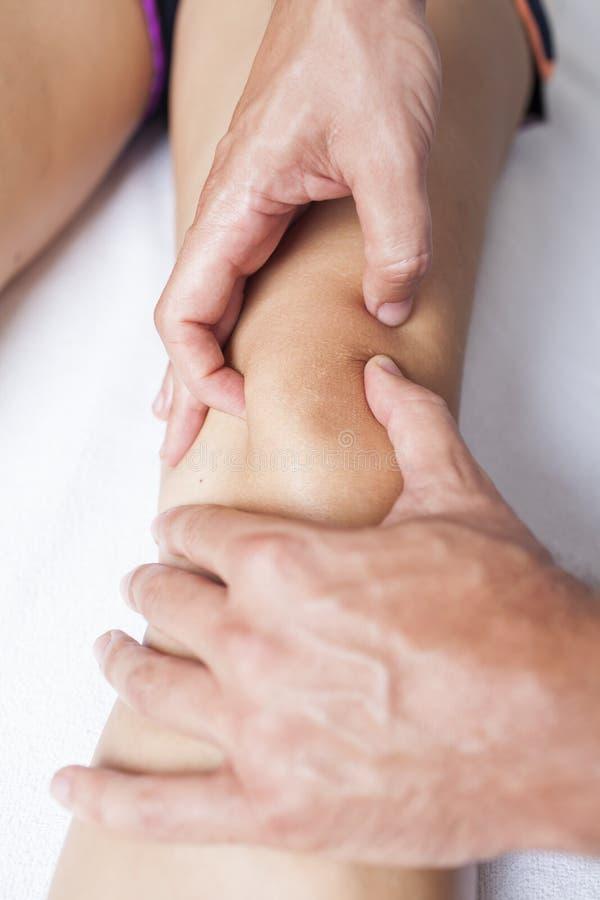Massagem do joelho imagens de stock