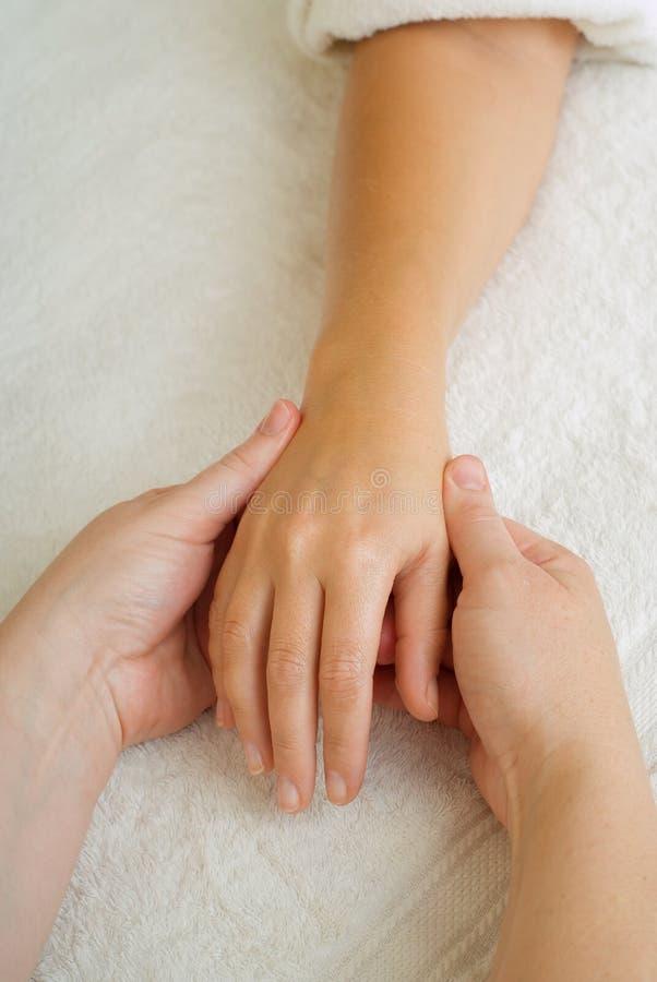 Massagem do manicure da terapia da beleza imagem de stock royalty free