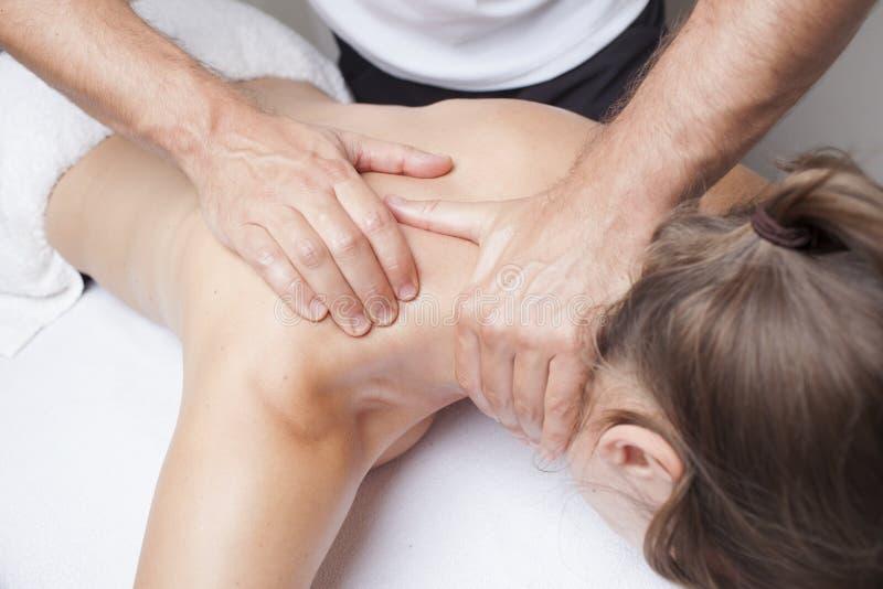 Massagem do ombro imagens de stock