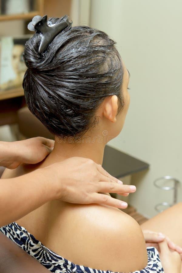 Massagem do ombro no salão de beleza do hairdressing imagem de stock royalty free
