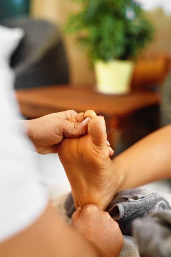Massagem do pé Cuidados com a pele do corpo Massagista que faz massagens os pés Termas - 7 fotos de stock