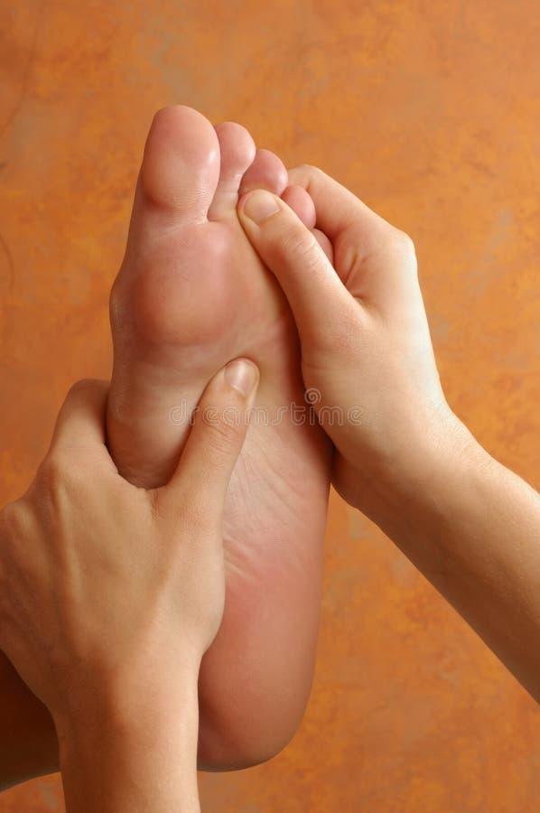 Massagem do pé de Reflexology no centro do Wellness imagens de stock
