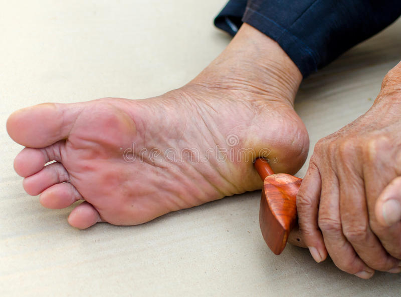 massagem do pé do reflexology, tratamento você mesmo dos termas fotografia de stock