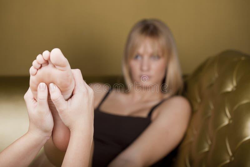 Massagem do pé em um centro dos TERMAS foto de stock