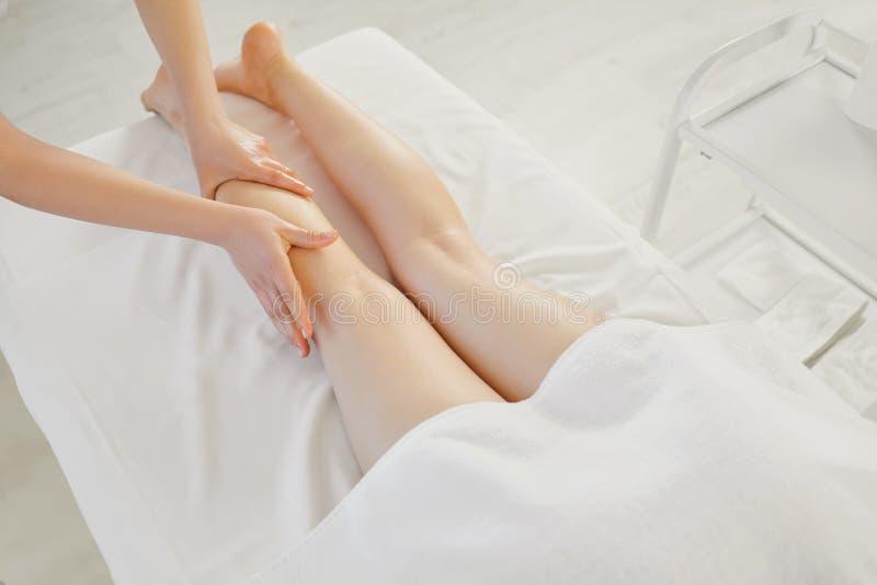 Massagem do pé na sala da massagem imagem de stock
