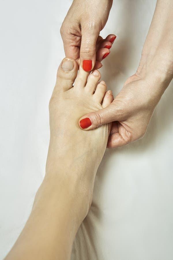 Massagem do pé no salão de beleza dos termas imagem de stock royalty free