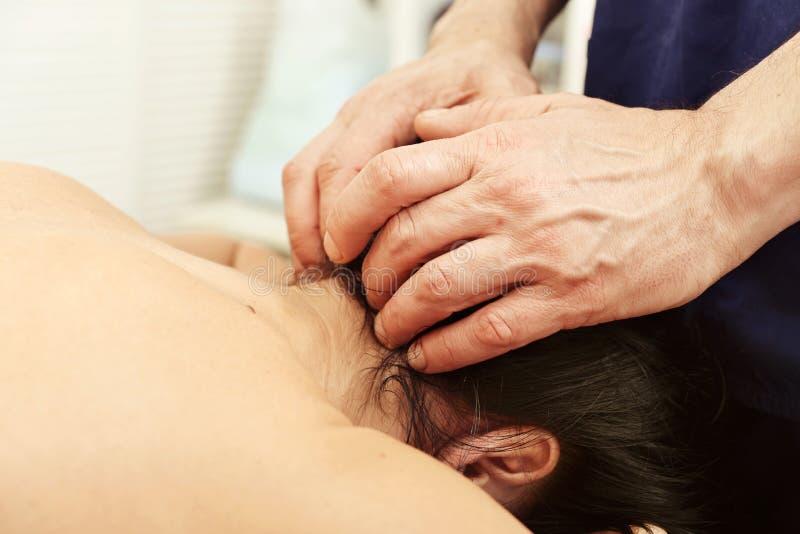Massagem do pescoço foto de stock