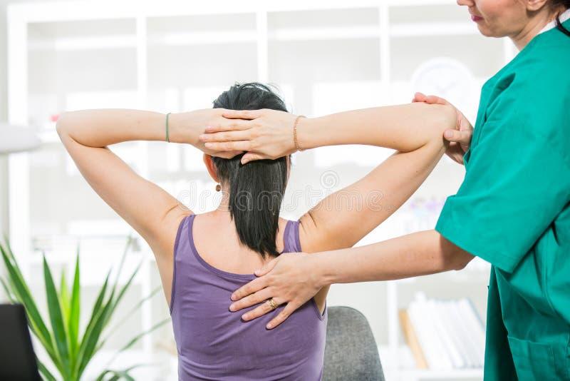Massagem do quiroprático a espinha e a parte traseira pacientes imagem de stock royalty free