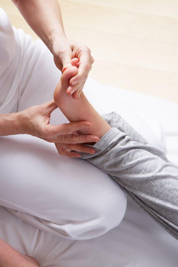 Massagem do reflexology do pé do detalhe fotografia de stock royalty free