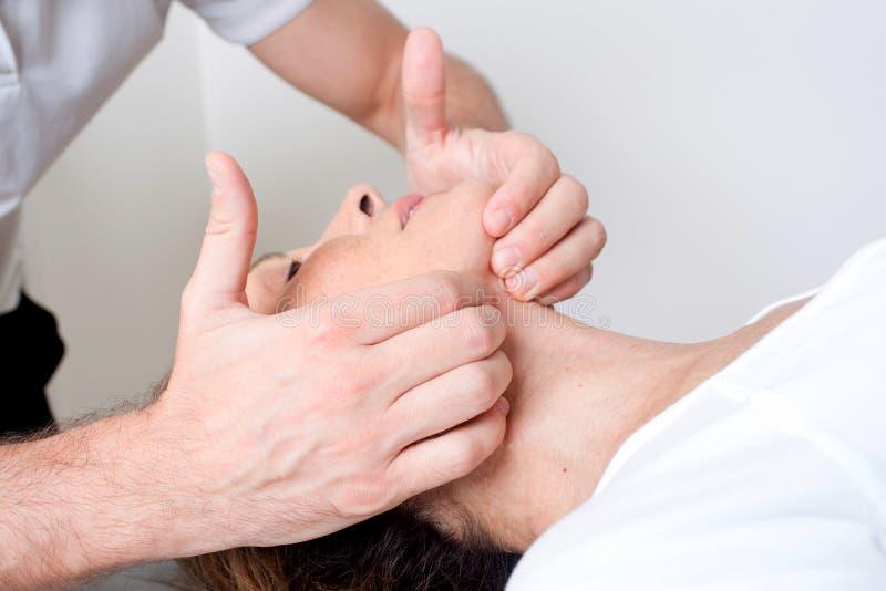 Massagem do tecido do músculo fotografia de stock
