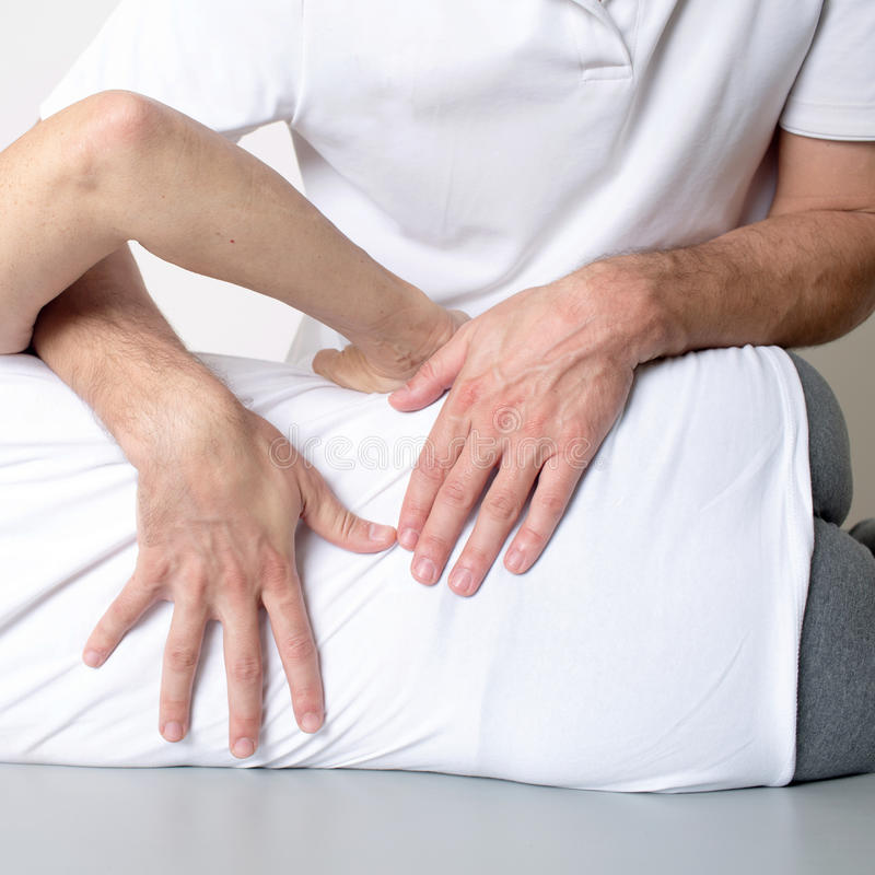 Massagem do tecido do músculo foto de stock