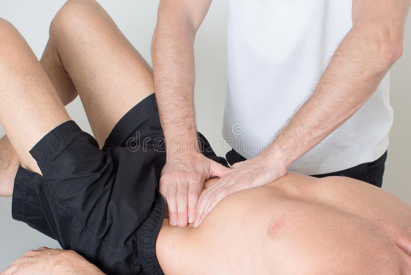 Massagem do tecido do músculo fotografia de stock royalty free
