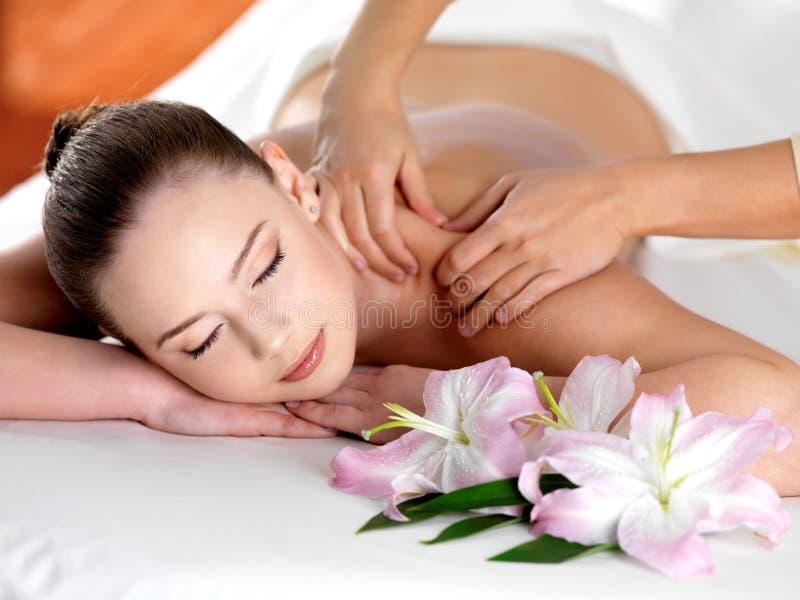 Massagem dos termas em um ombro da mulher fotos de stock royalty free