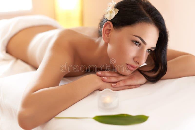 Massagem dos termas A morena bonita obtém o tratamento dos termas no salão de beleza fotografia de stock royalty free