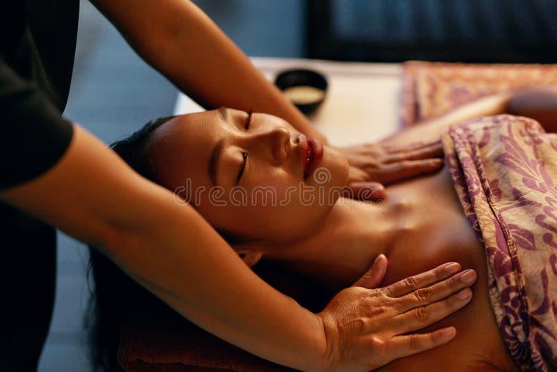 Massagem dos termas Mulher que obtém a terapia tailandesa tradicional do cuidado do corpo imagem de stock