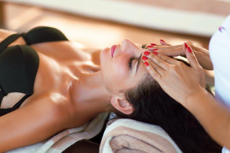 Massagem dos termas para a mulher Terapeuta Massaging Female Body com Arom imagem de stock