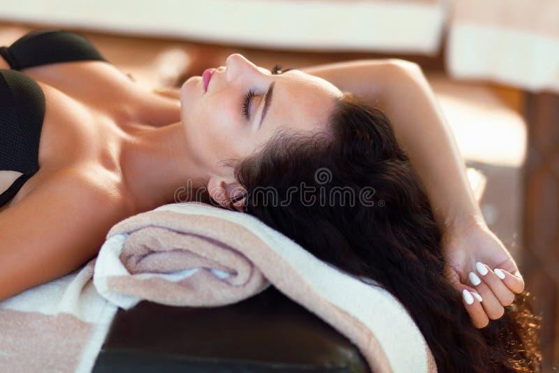 Massagem dos termas para a mulher Terapeuta Massaging Female Body com Arom foto de stock