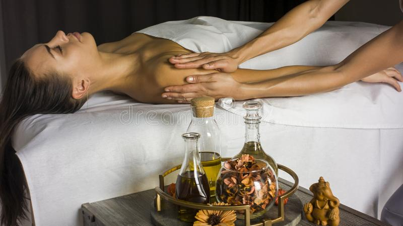 Massagem e aromaterapia do ombro imagens de stock