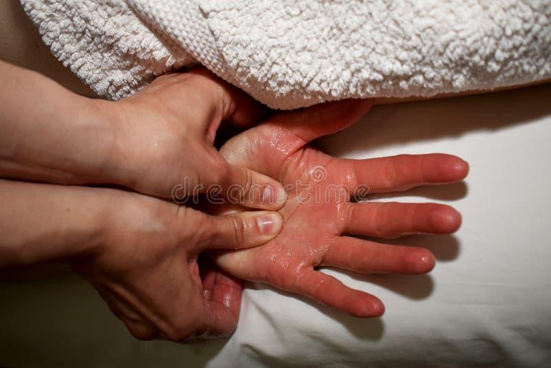 Massagem esquerda da palma pelos polegares fotografia de stock royalty free