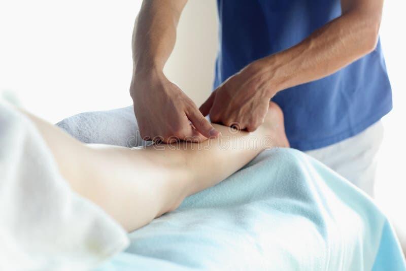Massagem fêmea do culf - ascendente próximo imagens de stock royalty free