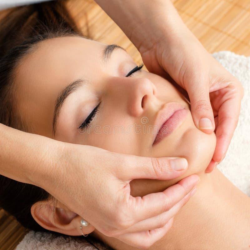Massagem facial de relaxamento no queixo fêmea imagens de stock