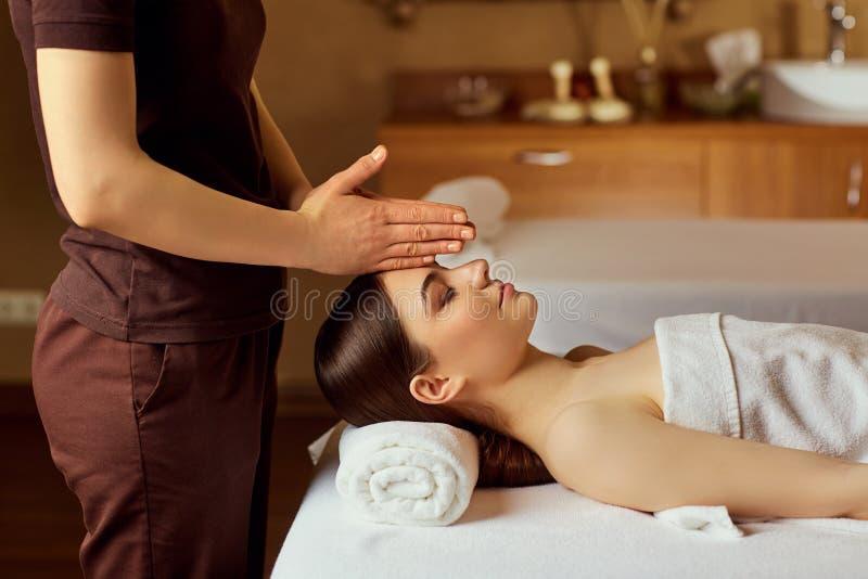 Massagem facial para a jovem mulher no salão de beleza dos termas fotos de stock