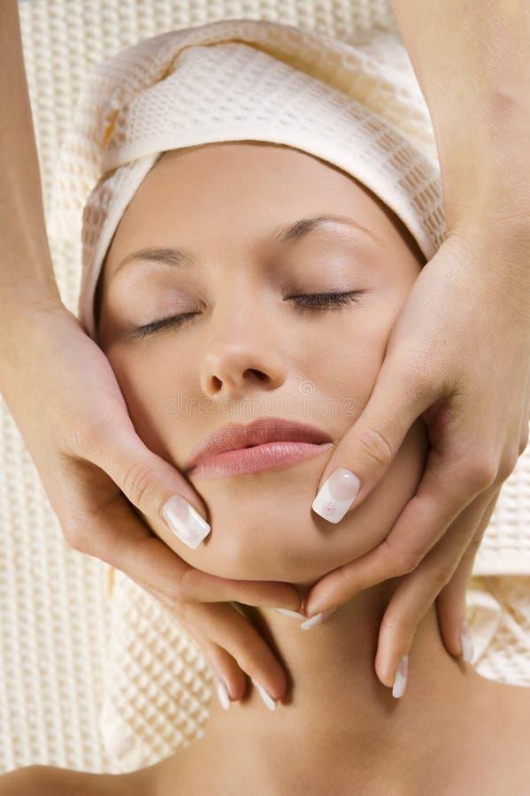 Massagem na face com mãos foto de stock royalty free