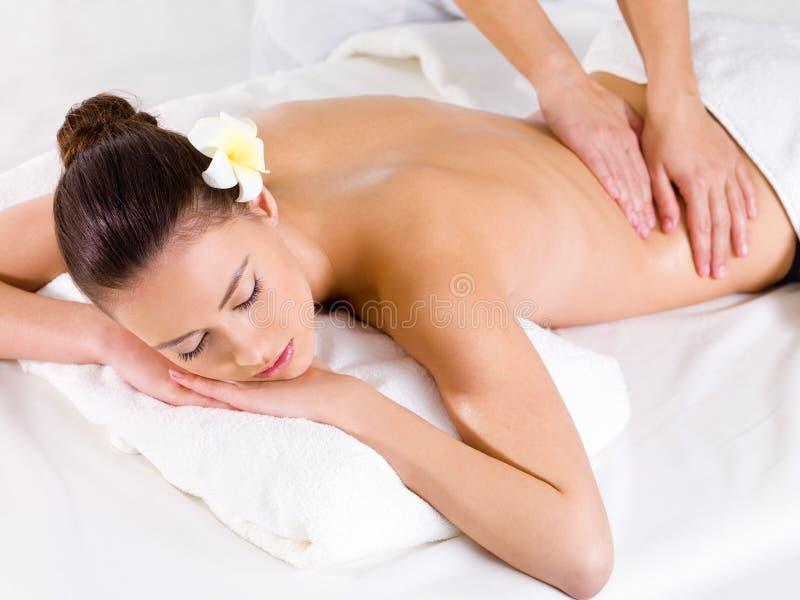 Massagem para a parte traseira da mulher no salão de beleza dos termas imagem de stock royalty free