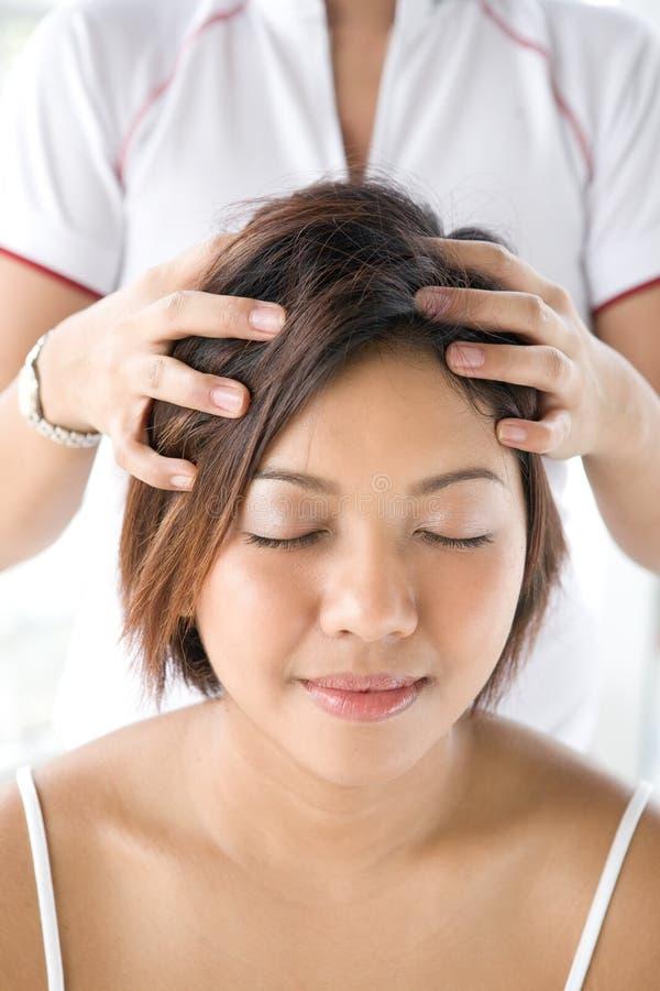 Massagem principal de recepção paciente imagem de stock royalty free