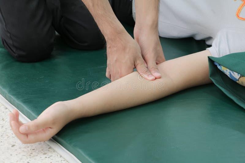 Massagem profunda do tecido no close up do braço imagem de stock
