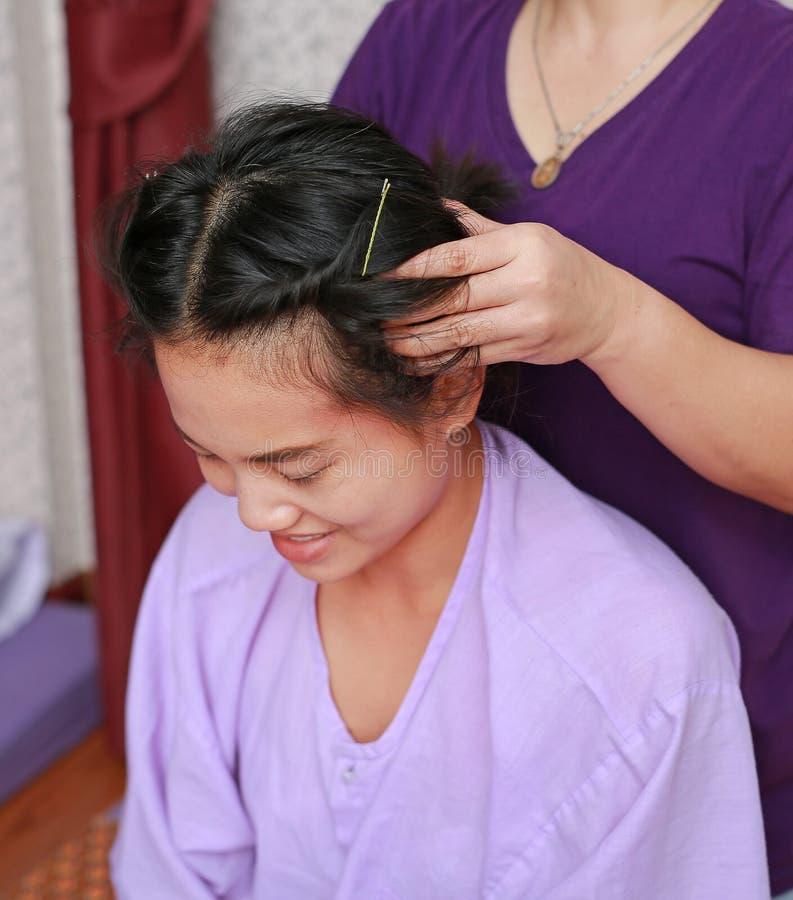 Massagem tailandesa famosa, ação do terapeuta para o cliente fotografia de stock