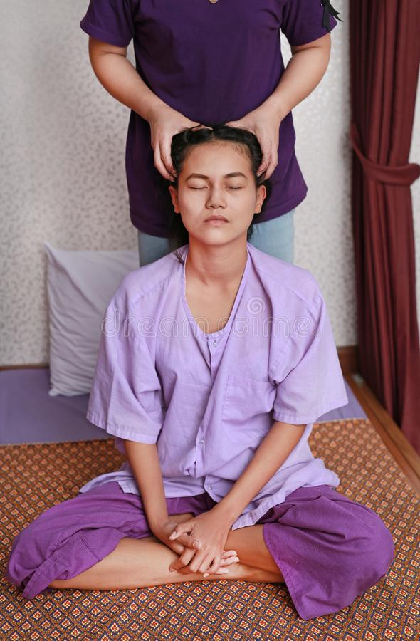 Massagem tailandesa famosa, ação do terapeuta para o cliente imagem de stock royalty free