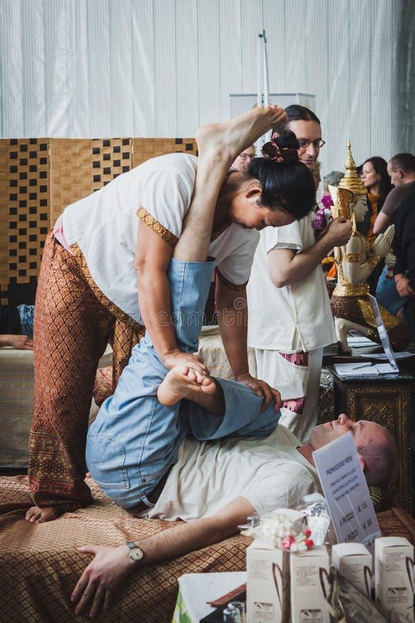 Massagem tailandesa no festival de Oriente em Milão, Itália imagens de stock