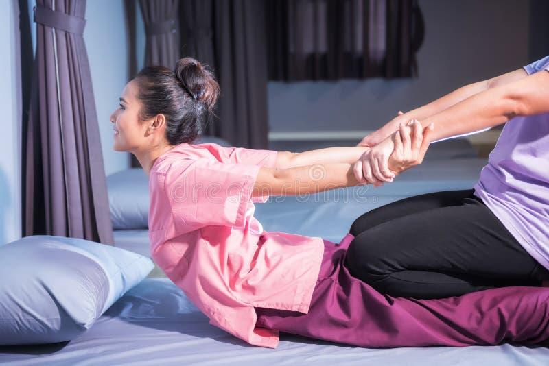 Massagem tailandesa pelo estiramento para trás e pelas mãos fotografia de stock