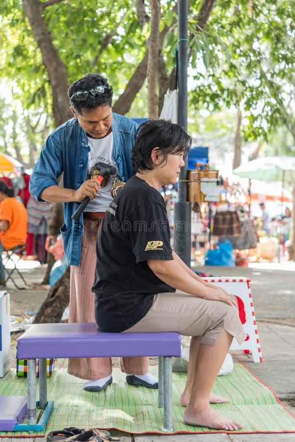A massagem tailandesa pelo martelo de madeira para o deleite dói dores foto de stock royalty free