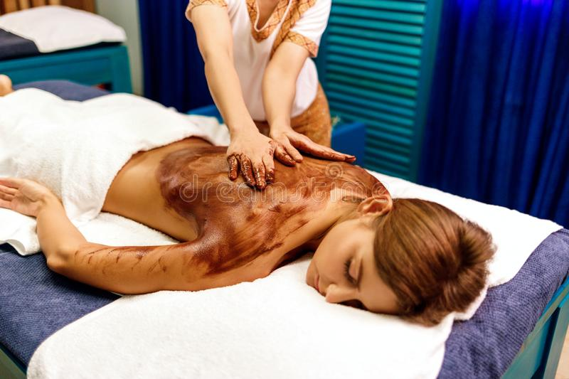 Massagem traseira com máscara hidratando do chocolate fotografia de stock