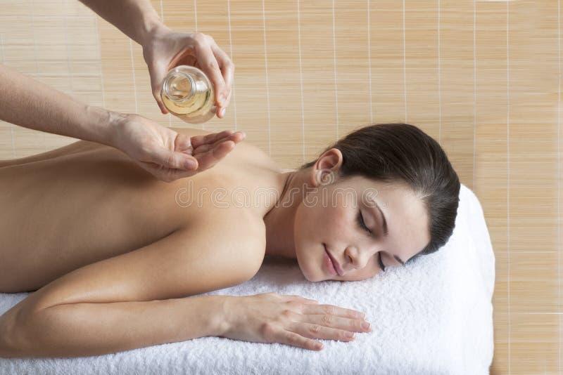 Massagem traseira com petróleo imagens de stock