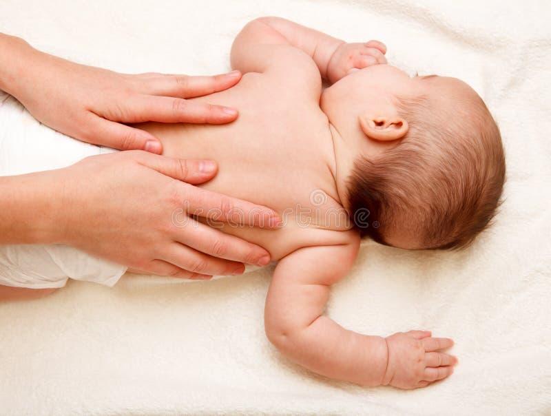 Massagem traseira do bebê foto de stock