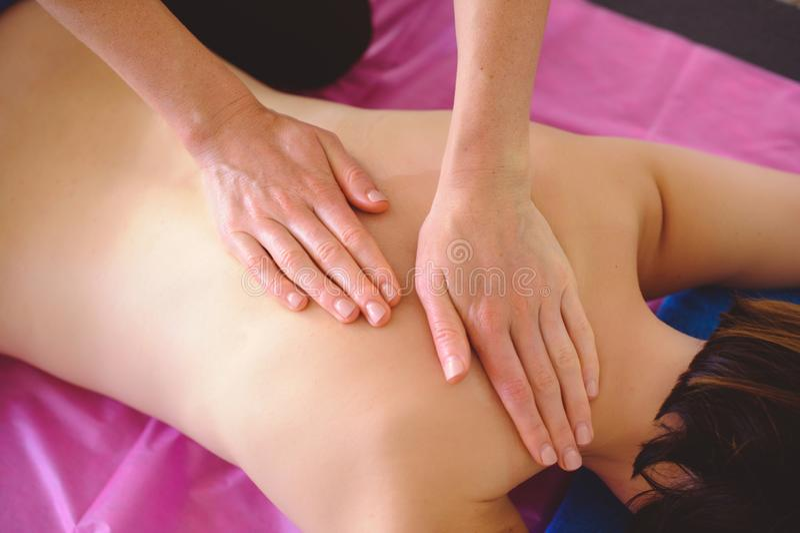 A massagem traseira terapêutica, drenagem, treinamento e prática, entrega fazer a massagem traseira fotos de stock