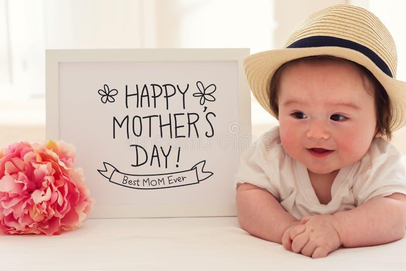 Massagen för dagen för moder` s med lyckligt behandla som ett barn pojken royaltyfri fotografi