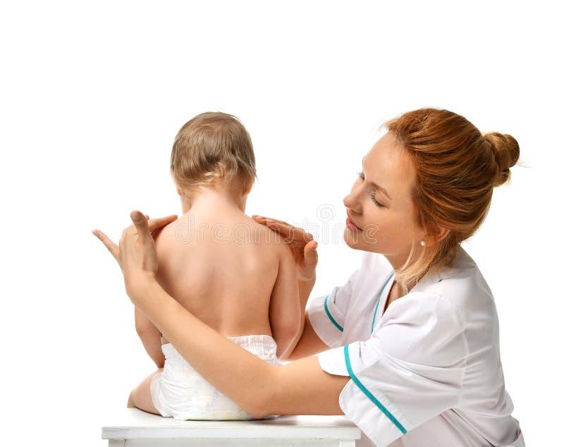 Massagen för danande för terapeuten för doktorshänder behandla som ett barn den pediatriska till barnspädbarnet fot Hälsovård- oc arkivfoton