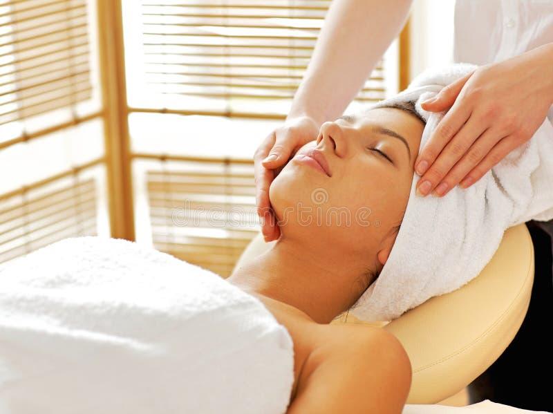 Massagen för hälerit för den unga kvinnan stängde sig den ansikts-, ögon arkivfoton