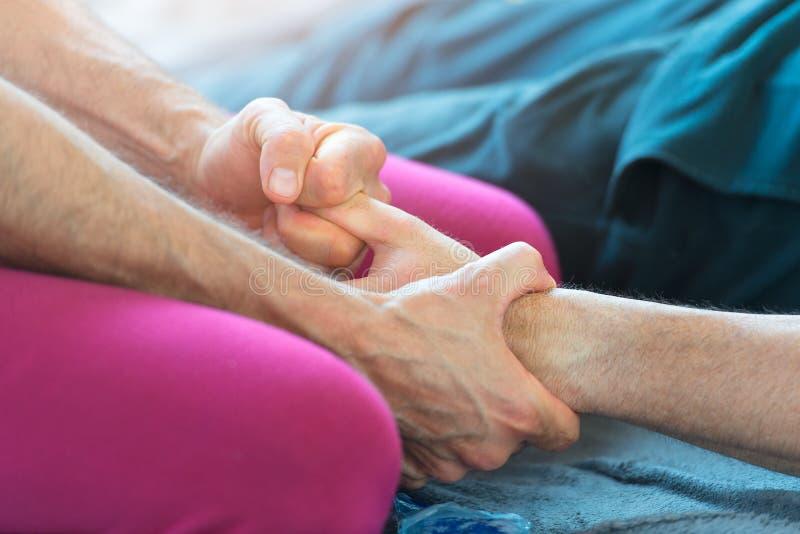 Massager με το δάχτυλο του τεντώματος χεριών στοκ εικόνες με δικαίωμα ελεύθερης χρήσης
